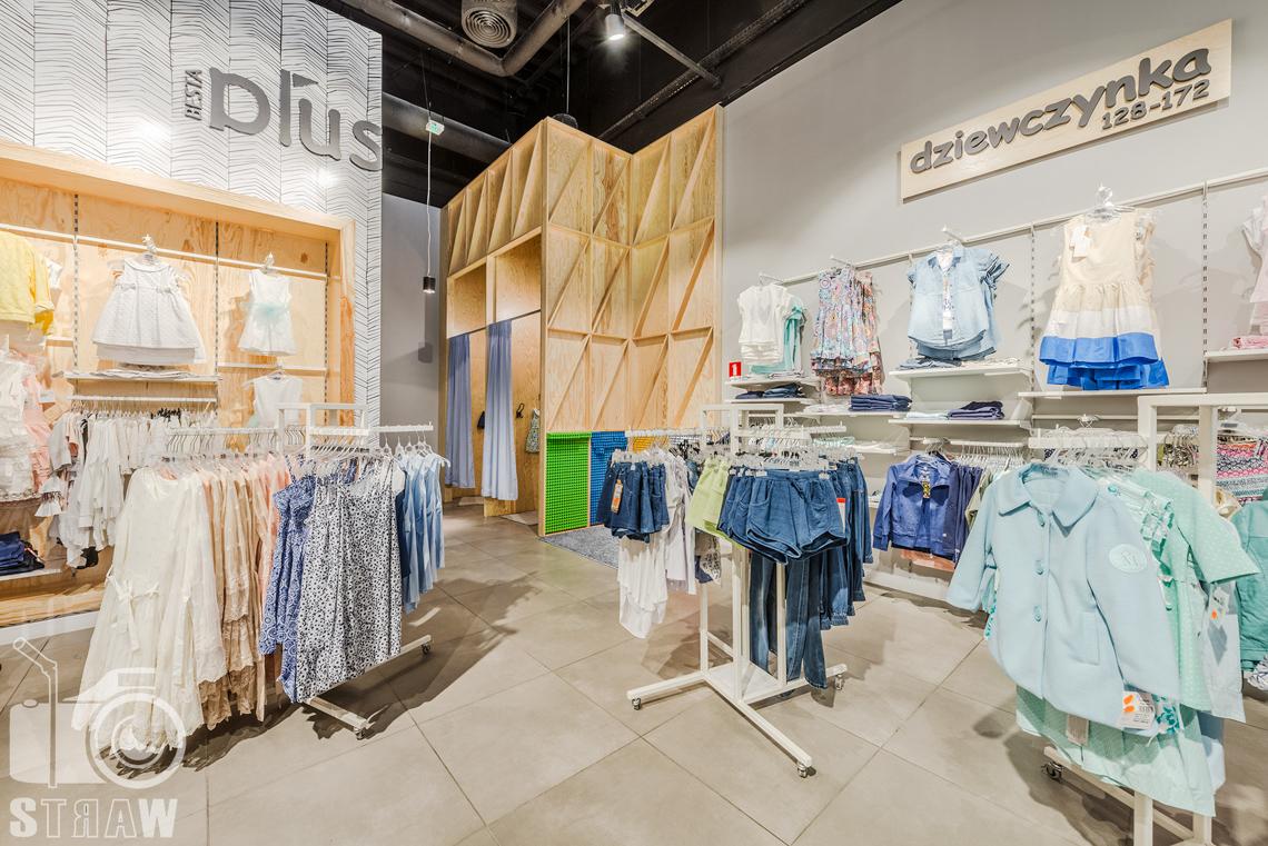 Zdjęcia sklepu besta plus, fotografia wnętrz komercyjnych, na zlecenie biura projektowego 4ma Projekt, wieszaki i przebieralnia.