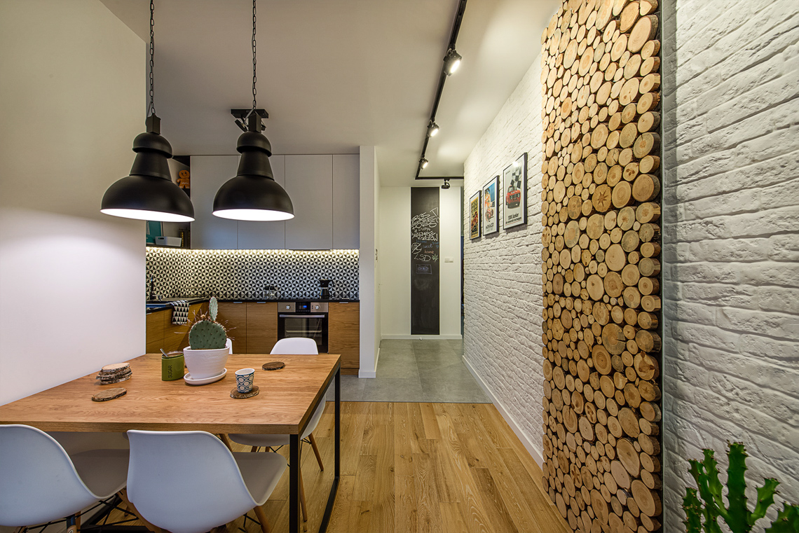 Fotograf wnętrz dla biur projektowych, sesja fotograficzna mieszkania dla projektanta, jadalnia, drewniana ściana.