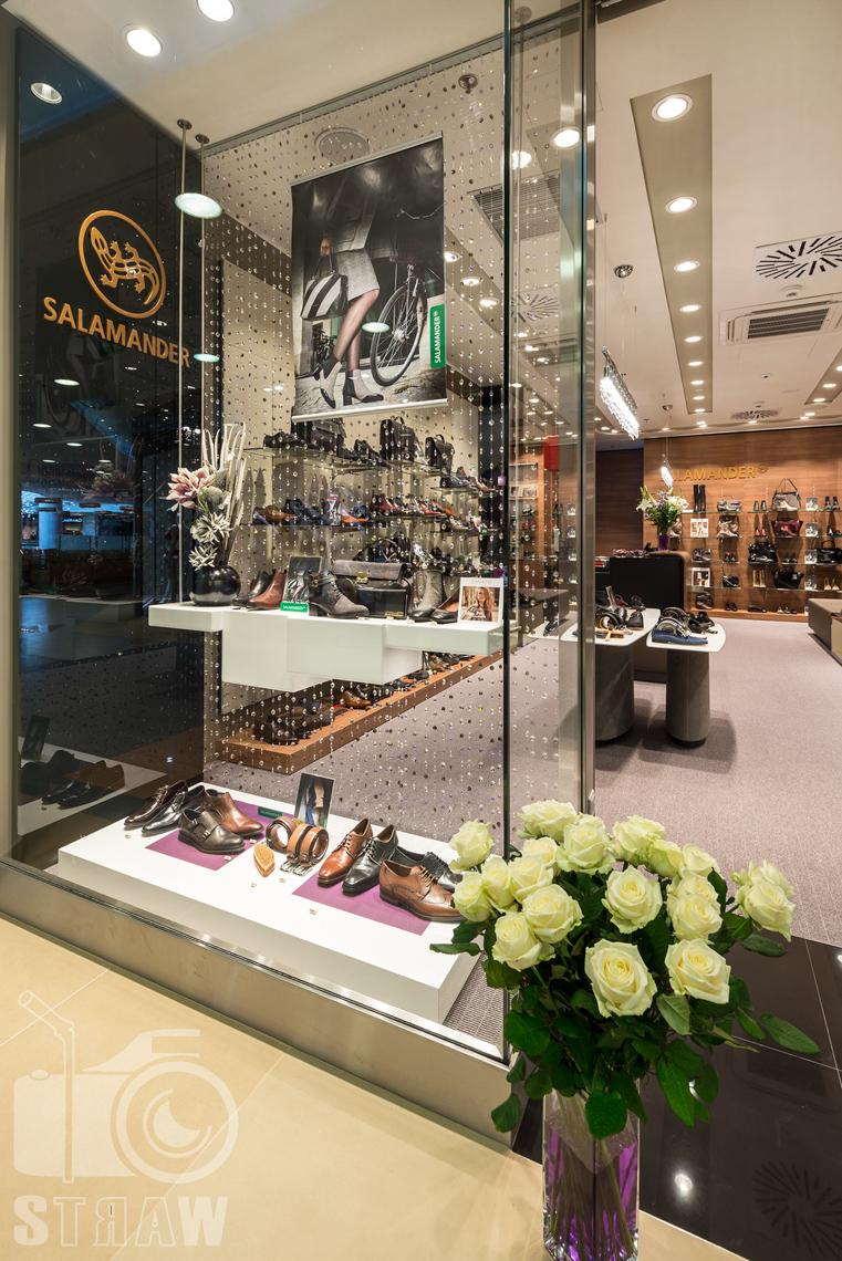 Fotografia wnętrz komercyjnych, zdjęcia salonu sprzedaży Salamender, wejście do salonu, kwiaty.