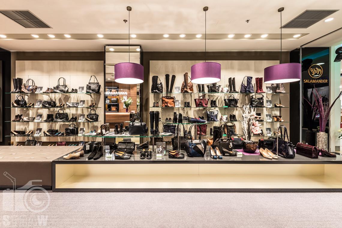 Fotograf wnętrz komercyjnych, fotografie salonu sprzedaży Salamender, lampy nad butami w promocji.
