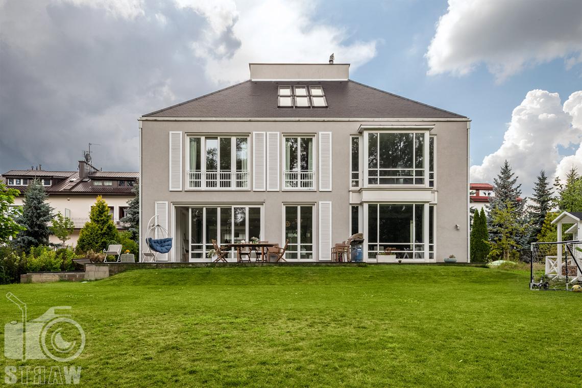 Zdjęcia nieruchomości, fotografia domu na wynajem, widok na dom od strony ogrodu.
