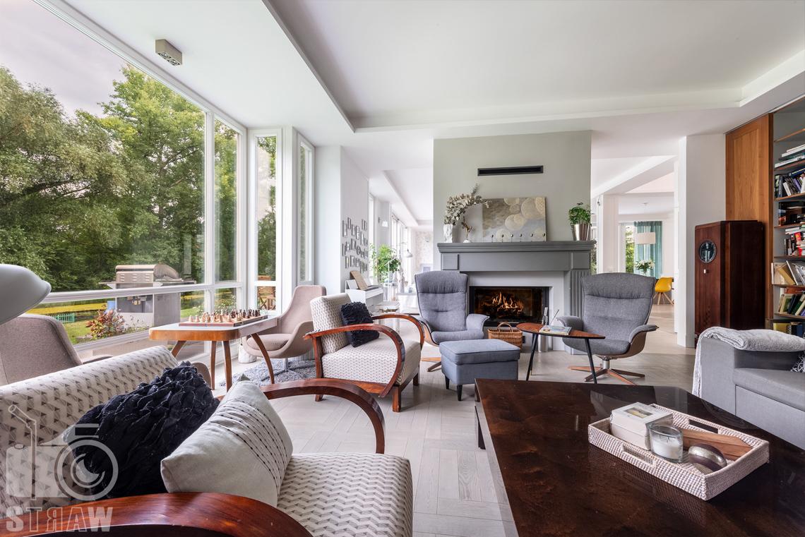 Zdjęcia domu na wynajem, fotografia wnętrz nieruchomości, tutaj strefa relaksu z kominkiem.