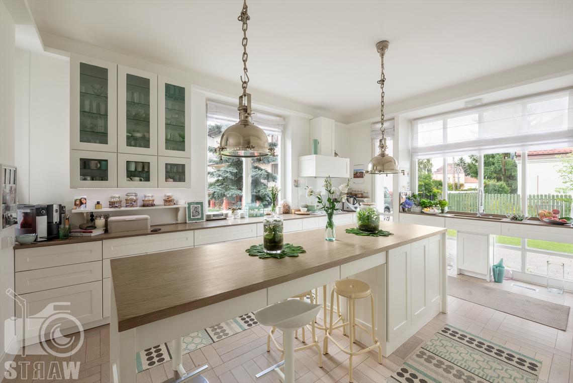 Fotografia nieruchomości na wynajem w Wilanowie, zdjęcia domu i ogrodu, tutaj kuchnia i wyspa kuchenna.