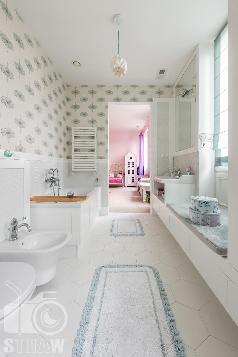 Fotografia nieruchomości, zdjęcia domu na wynajem w lokalizacji Wilanów w Warszawie, zdjęcia łazienki dziewczynki.