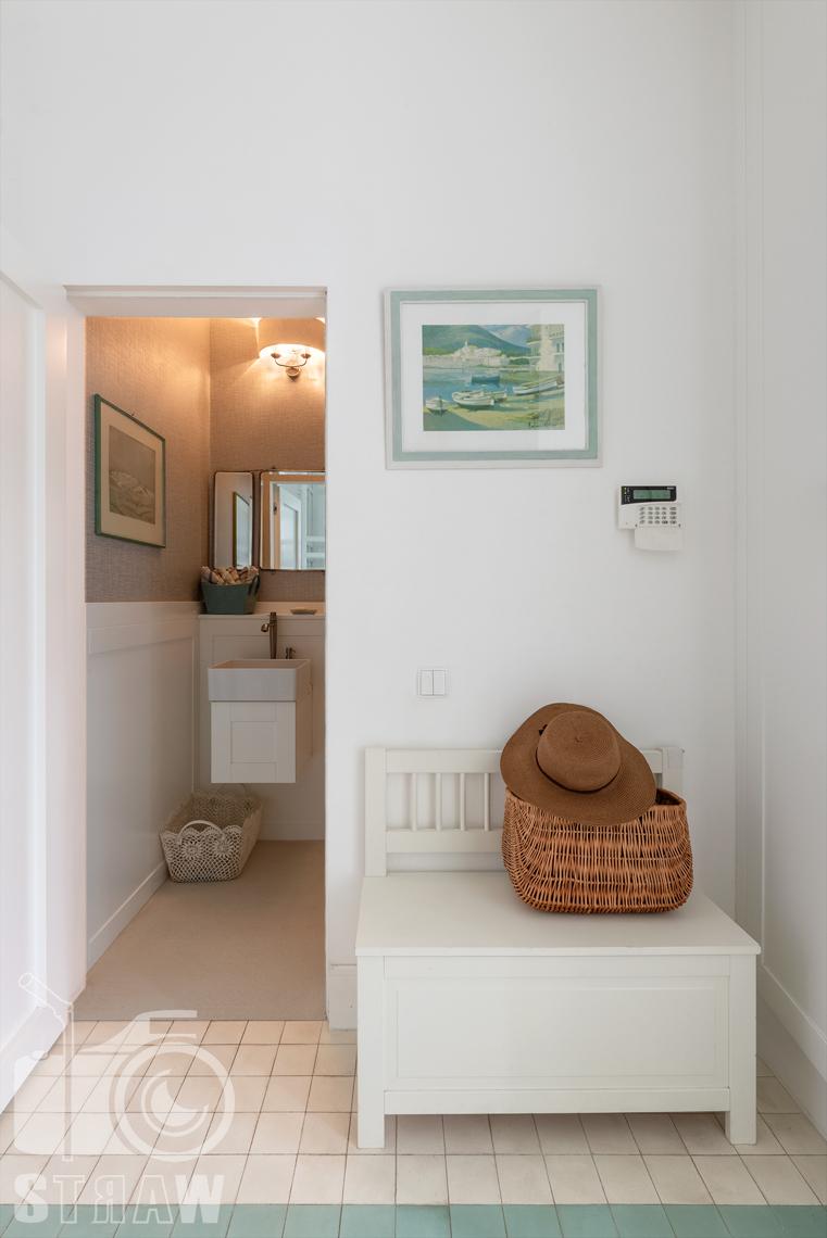 Zdjęcia domu, fotografie nieruchomości na wynajem, tutaj hol i mała toaleta.
