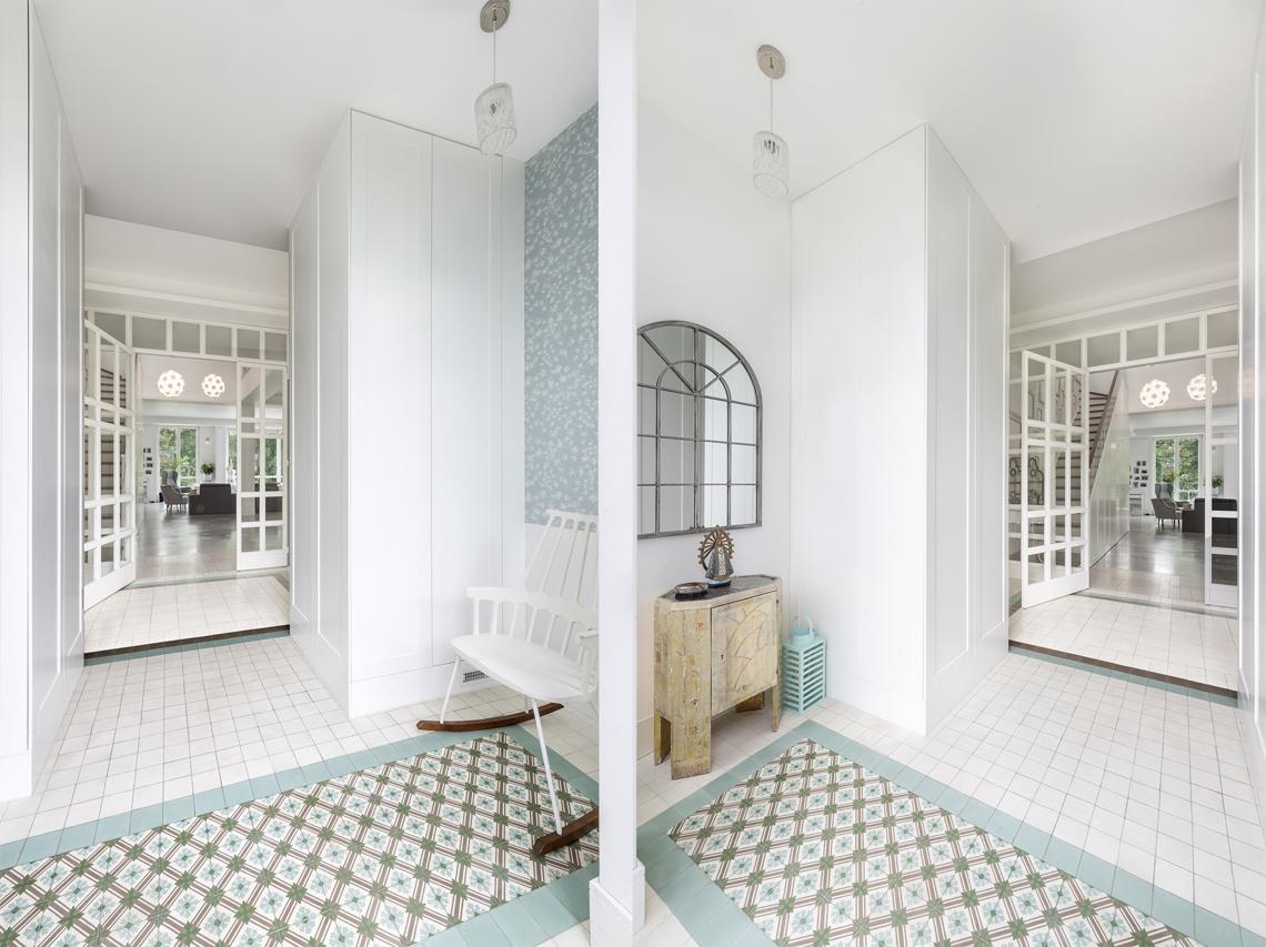 Fotografia domu na wynajem, zdjęcia nieruchomości, krzesło i lustro w przedpokoju.