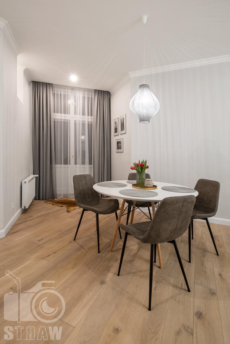 Fotografia wnętrz apartamentu na wynajem krótkoterminowy booking com i airbnb, jadalnia.