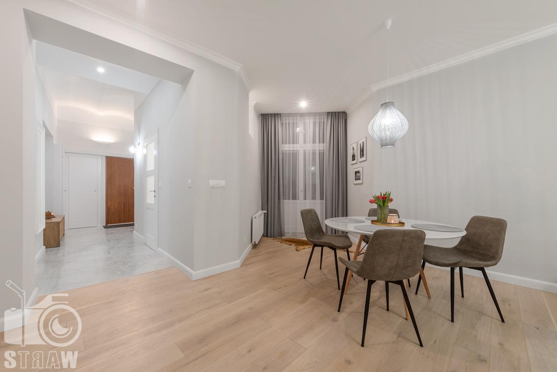 Fotografia wnętrz apartamentu na wynajem krótkoterminowy booking com i airbnb, jadalnia i przedpokój.