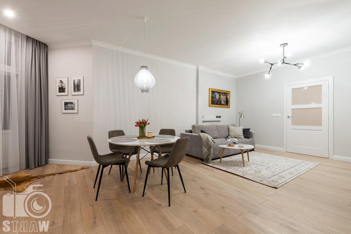 Fotografia wnętrz apartamentu na wynajem krótkoterminowy booking com i airbnb, salon i jadalnia w jednym.