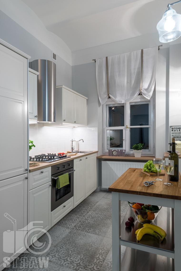 Fotografia wnętrz apartamentu na wynajem krótkoterminowy booking com i airbnb, kuchnia i okno kuchenne.