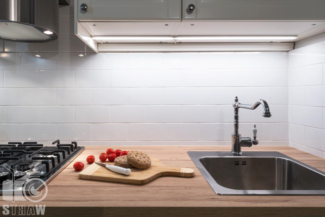 Fotograf apartamentu na wynajem krótkoterminowy booking com i airbnb zdjęcia wnętrz blat kuchenny deska do krojenia.