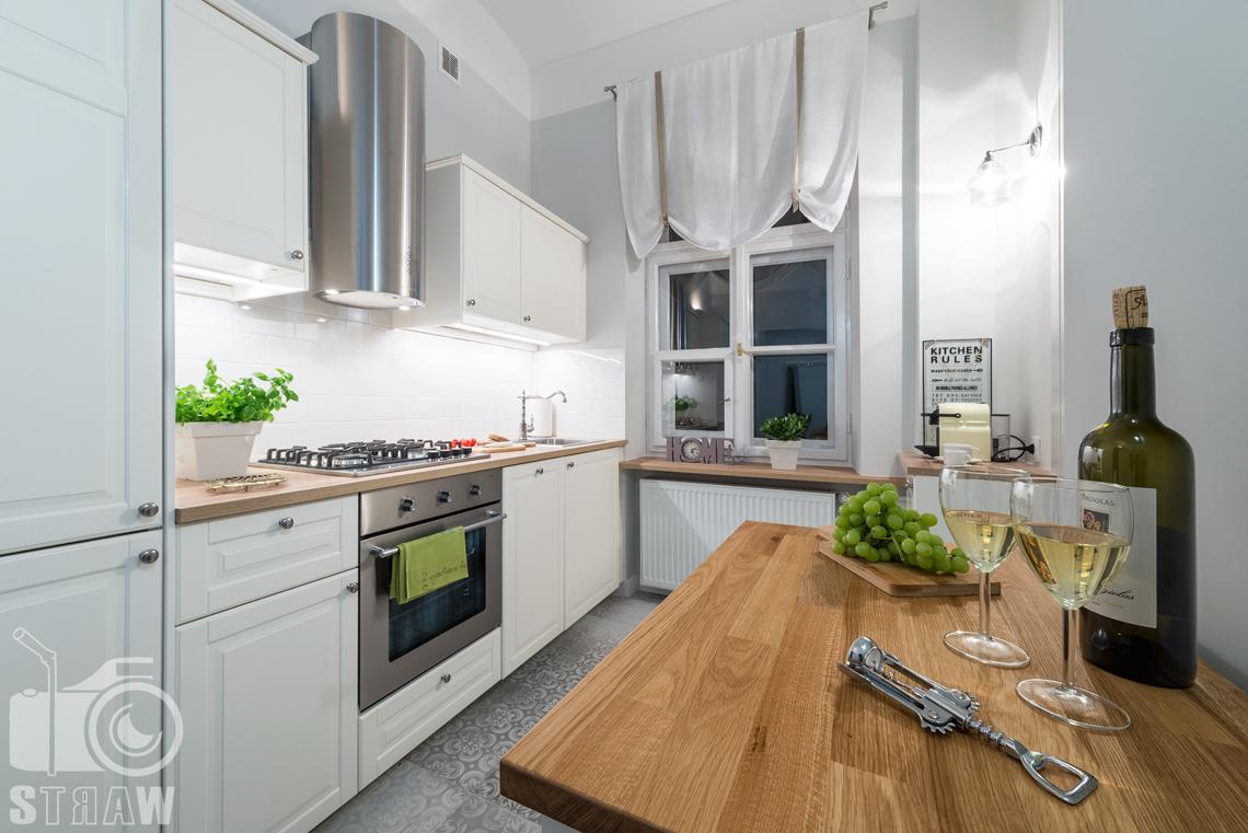 Fotograf apartamentu na wynajem krótkoterminowy booking com i airbnb zdjęcia wnętrz stół w kuchni.