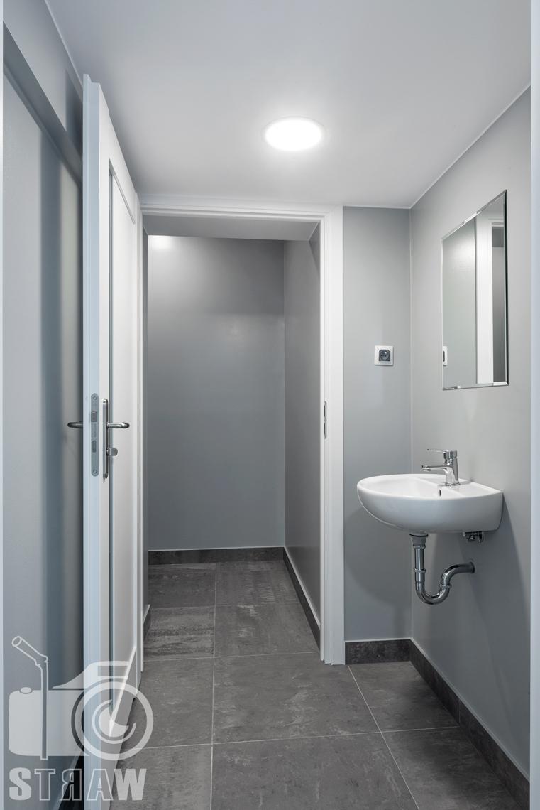 Zdjęcia nieruchomości komercyjnych, fotografia wnętrz na wynajem przy Placu Konstytucji w Warszawie, łazienka i toaleta.