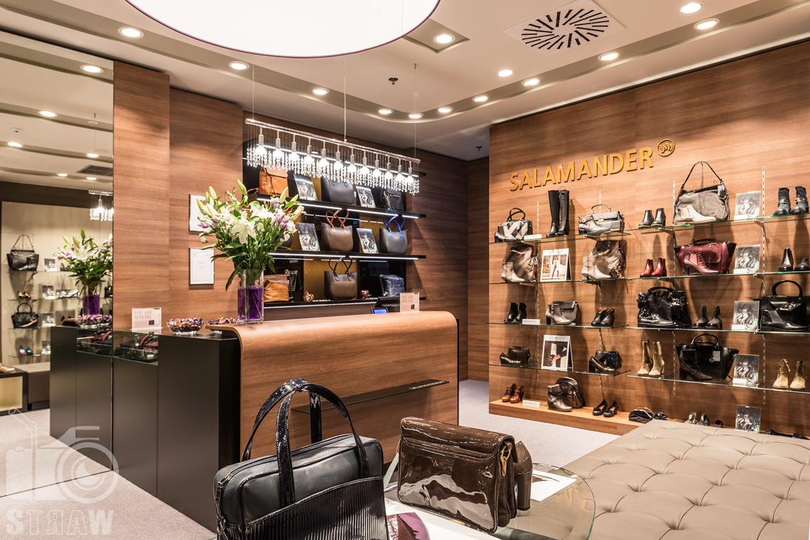 Zdjęcia wnętrz komercyjnych, fotografie salonu sprzedaży Salamender, lada, buty i torby Salamander.