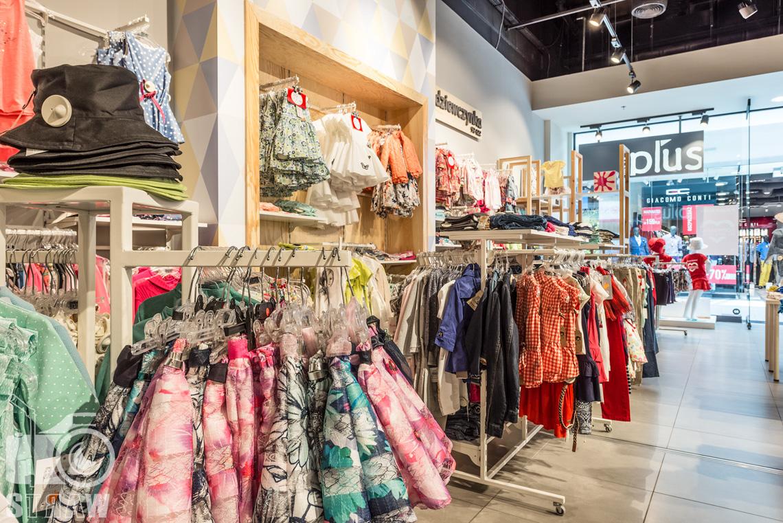 Zdjęcia wnętrz komercyjnych, fotografia sklepu na zlecenie biura projektowego 4ma Projekt, wieszaki na ubrania.