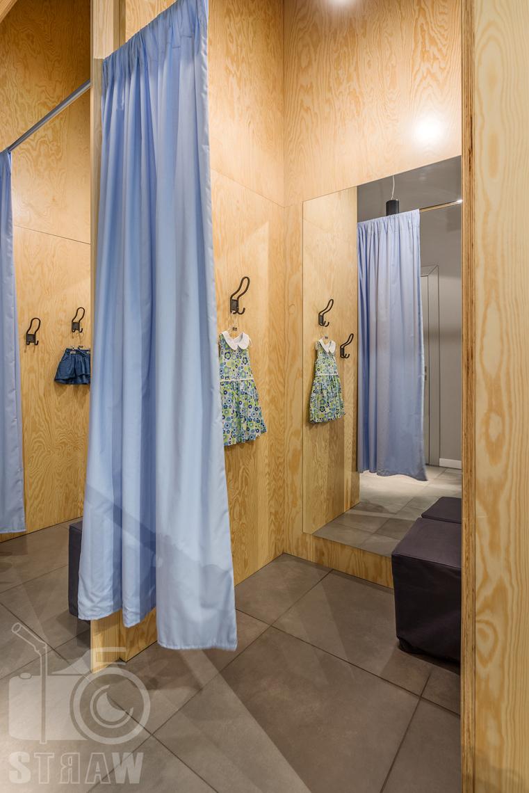 Fotografia wnętrz komercyjnych, zdjęcia sklepu besta plus na zlecenie biura projektowego 4ma Projekt, przebieralnia.