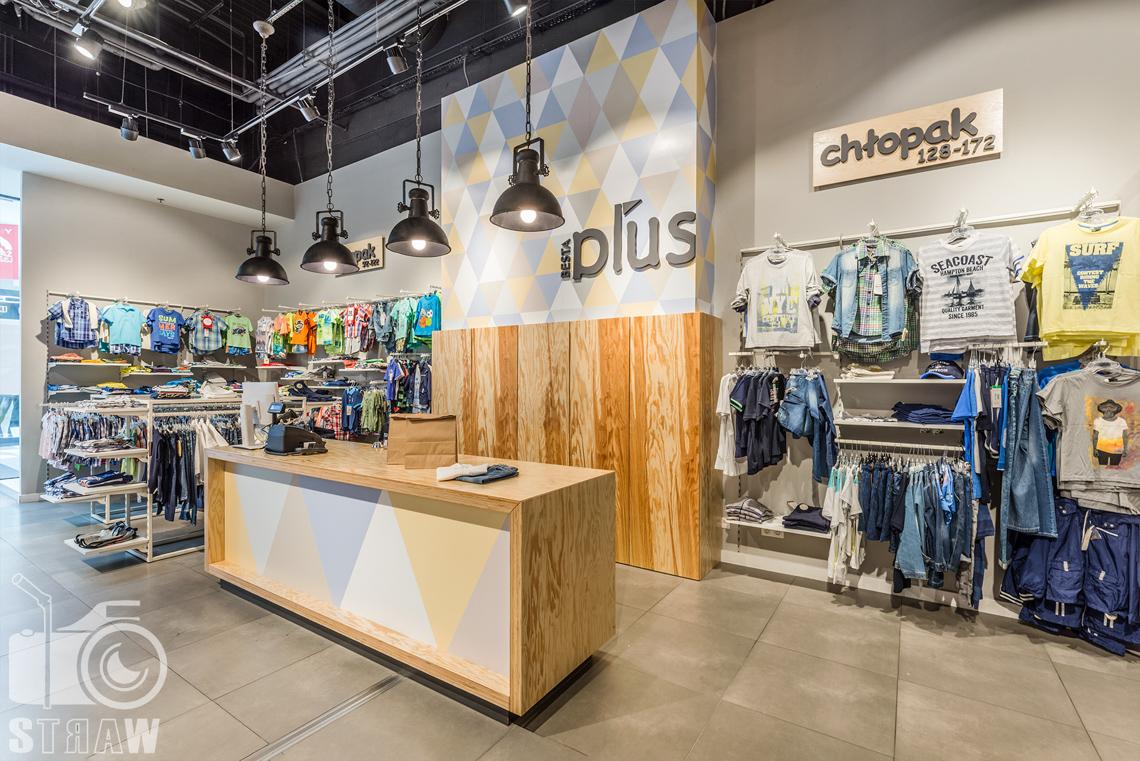 Fotografia wnętrz komercyjnych, zdjęcia sklepu besta plus na zlecenie biura projektowego 4ma Projekt, lada sklepowa.