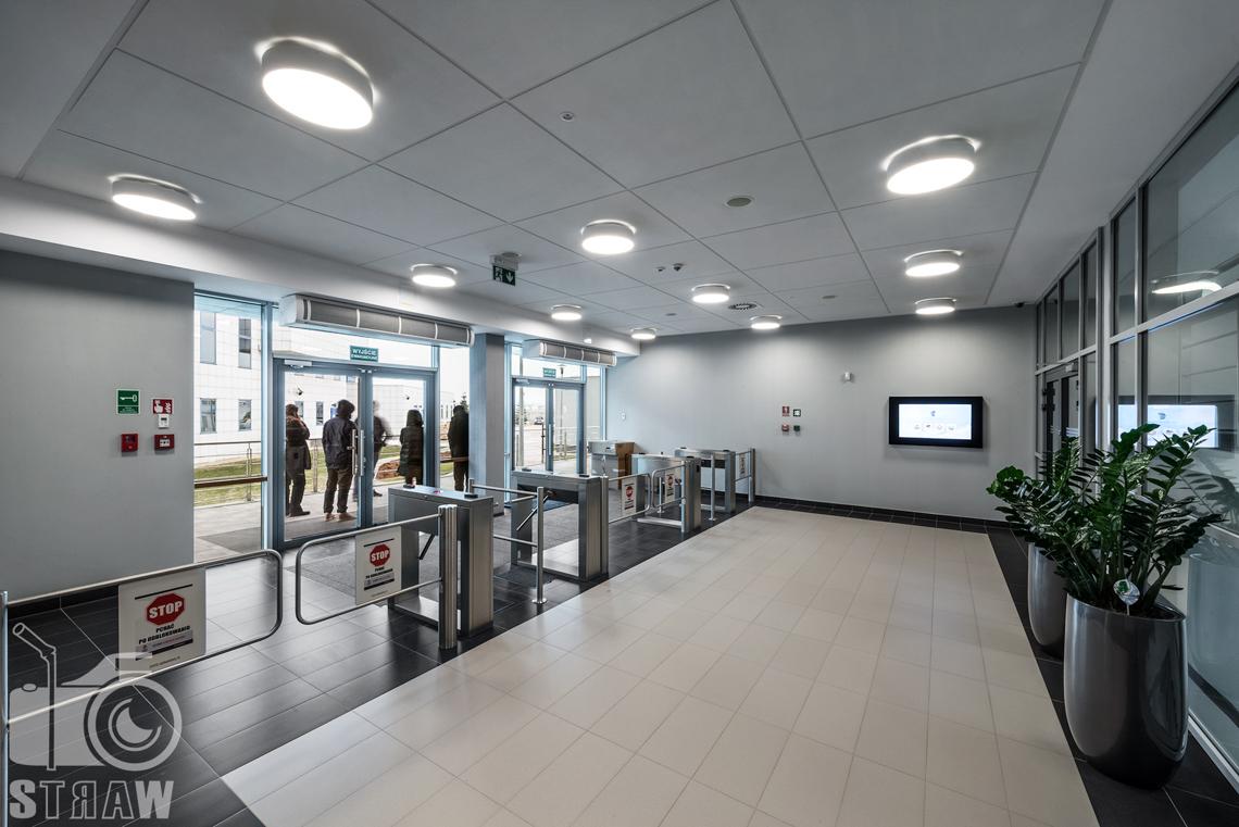 Fotografia wnętrz, sesja w Polskiej Agencji Żeglugi Powietrznej, sesja dla Lira Lighting producenta opraw oświetleniowych, wejście do budynku.