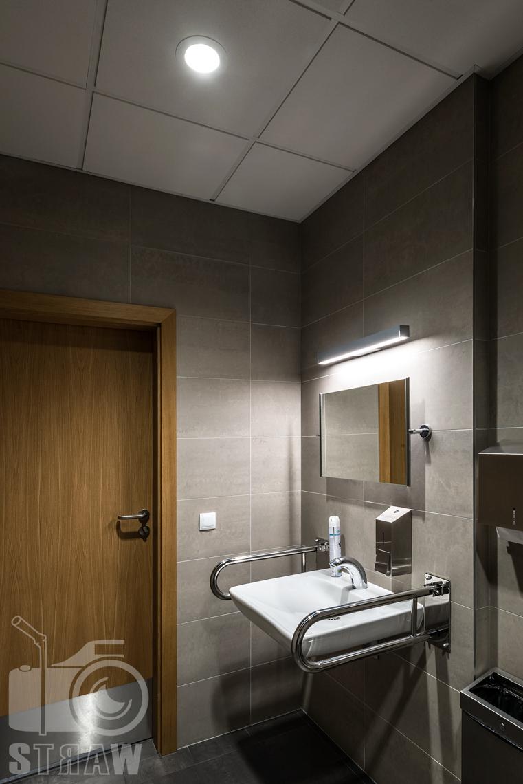 Zdjęcia wnętrz w budynku Polskiej Agencji Żeglugi Powietrznej na zlecenie Liralighting producenta opraw oświetleniowych, łazienka, umywalka.