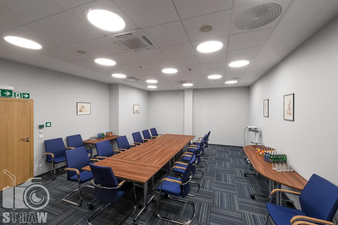 Zdjęcia wnętrz w Polskiej Agencji Żeglugi Powietrznej, sesja dla Lira Lighting producenta opraw oświetleniowych, sala konferencyjna.