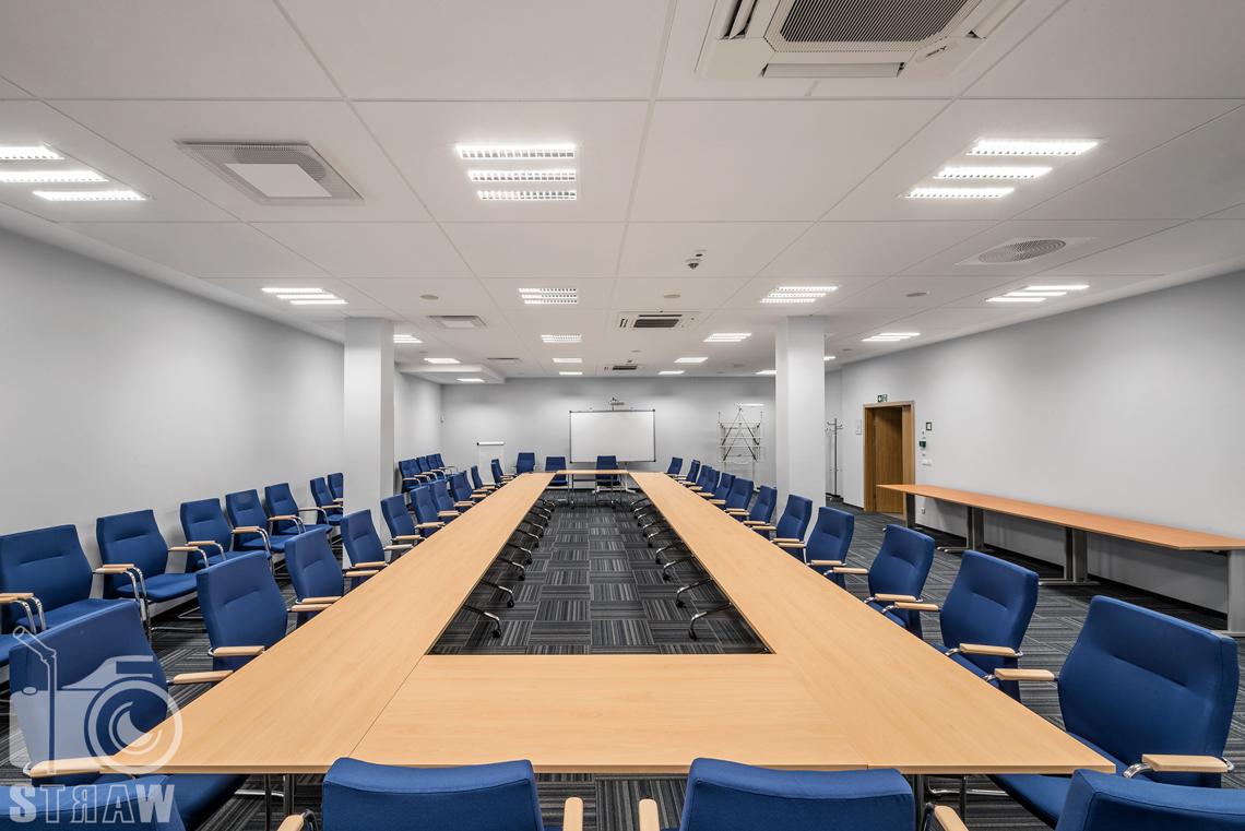Zdjęcia wnętrz w Polskiej Agencji Żeglugi Powietrznej, sesja dla Lira Lighting, na zdjęciu duża sala konferencyjna.
