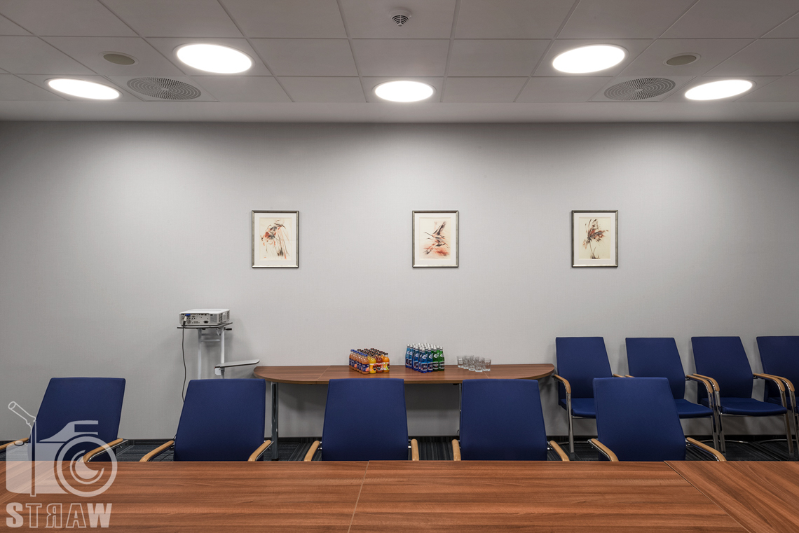 Fotografia wnętrz w placówce Polskiej Agencji Żeglugi Powietrznej, sesja dla Lira Lighting producenta opraw oświetleniowych, sala konferencyjna.