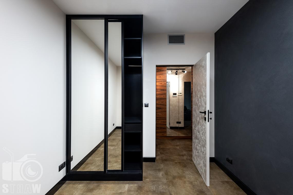 Zdjęcia wnętrz, sesja fotograficzna dla Kittchen, producenta mebli na wymiar, sypialnia, szafa na ubrania otwarta i przedpokój.