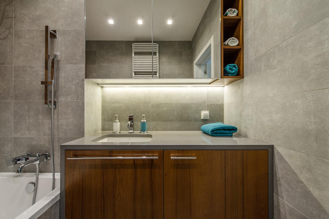 Fotografia dla biur projektowych, zdjęcia mieszkania, łazienka, umywalka, blat.