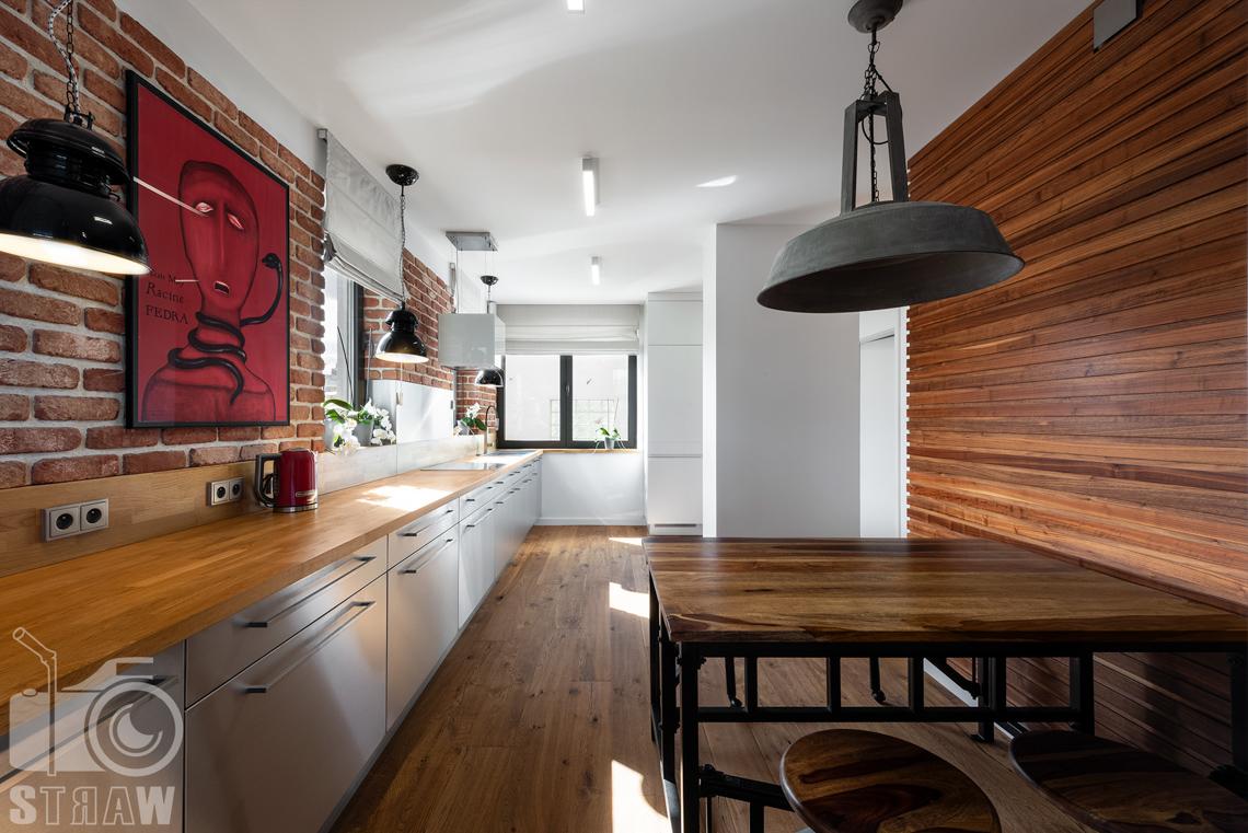 Fotograf nieruchomości, zdjęcia penthouse na wynajem, słoneczna kuchnia.