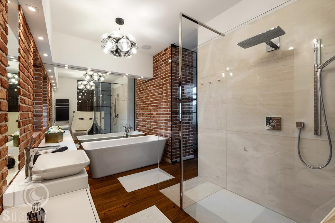 Zdjęcia wnętrz penthouse, fotografia łazienki z wanną.