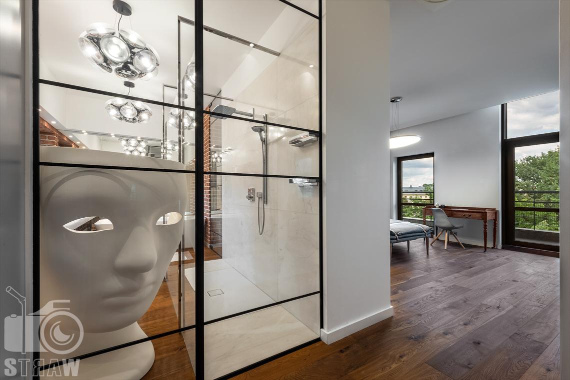 Zdjęcia wnętrz, penthouse, sesja zdjęciowa nieruchomości na wynajem, wejście do sypialni.