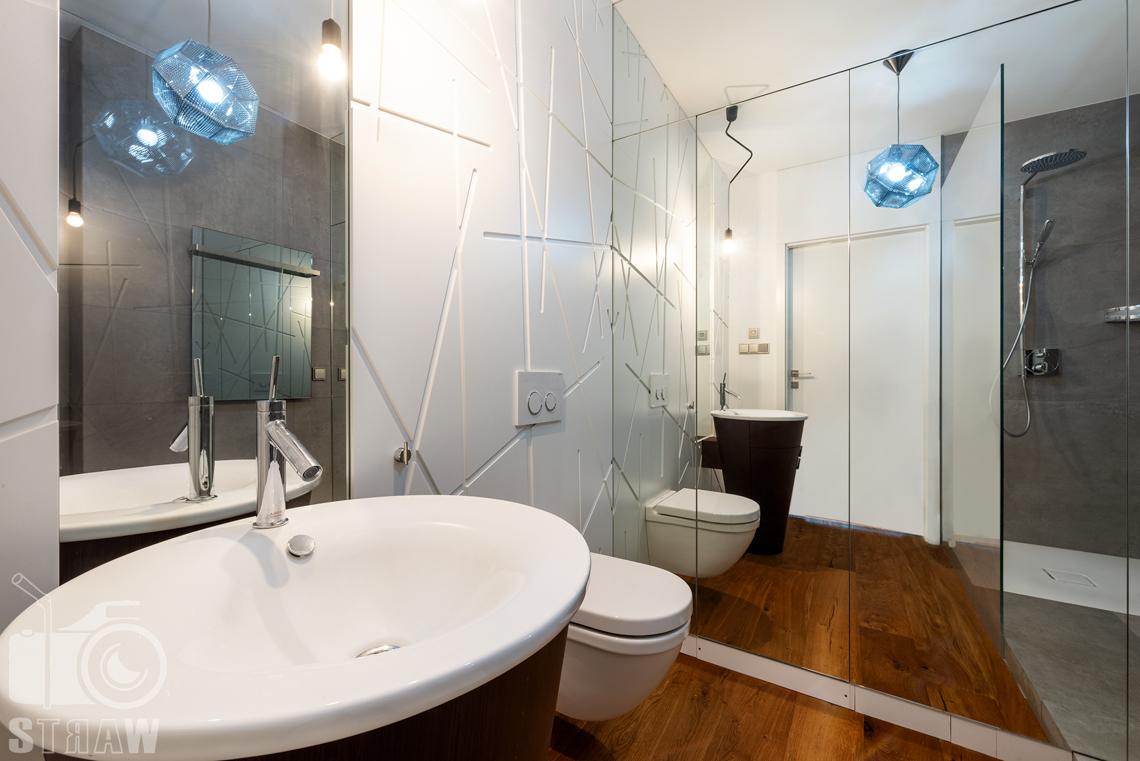Zdjęcia wnętrz, penthouse, sesja zdjęciowa nieruchomości na wynajem, mała łazienka z prysznicem.