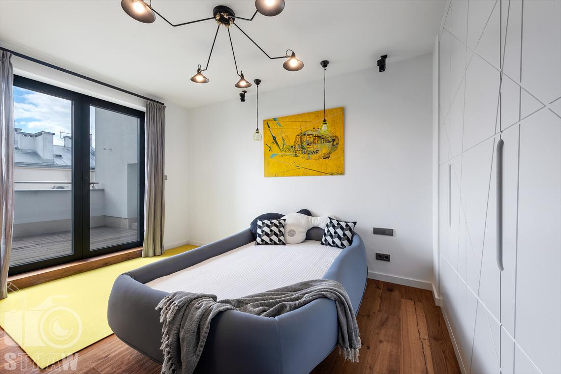 Zdjęcia wnętrz, penthouse, sesja zdjęciowa nieruchomości na wynajem, pokój chłopca, łóżko.