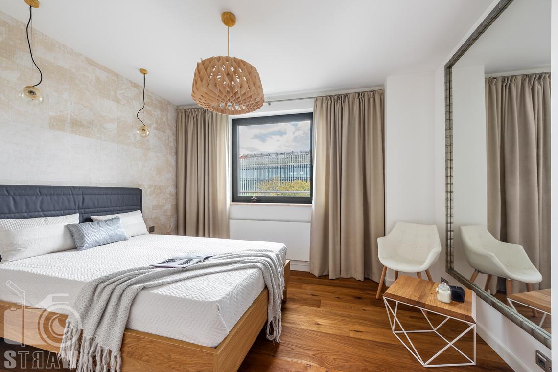 Zdjęcia penthouse, sypialnia z widokiem i dużym lustrem.