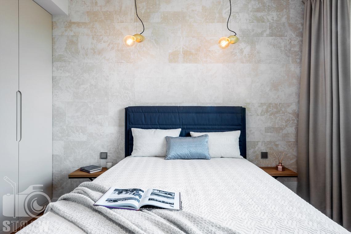 Sesja zdjęciowa nieruchomości, penthouse, sypialnia dla gości, łóżko.