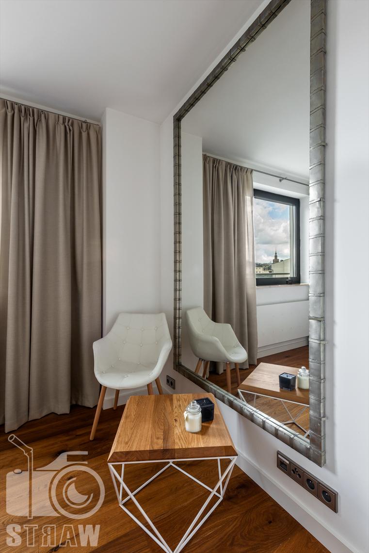 Sesja zdjęciowa nieruchomości, penthouse, sypialnia dla gości, duże lustro, widok na pałac.