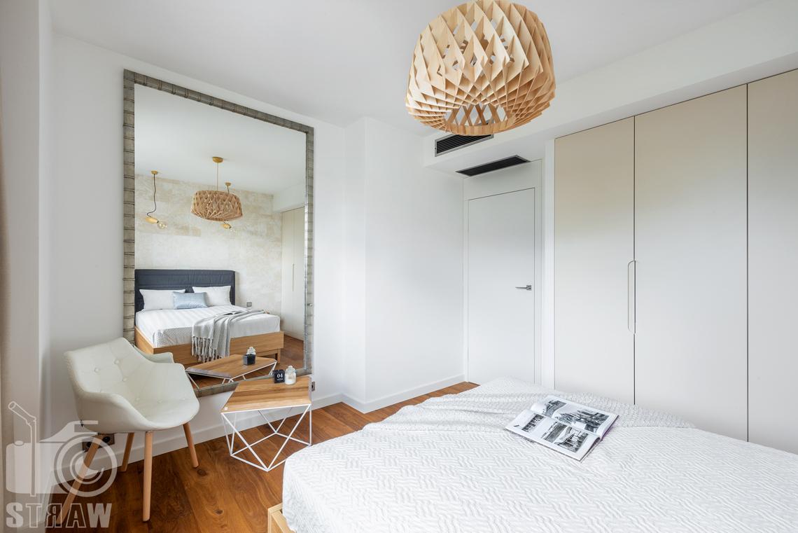 Sesja zdjęciowa nieruchomości, penthouse, lustro w sypialni, łóżko.