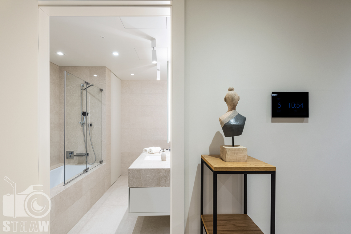 Sesja zdjęciowa wnętrz apartamentu dla firmy Mzuri, zdjęcia w budynku przy ulicy Złotej 44 w Warszawie, wejście do łazienki.
