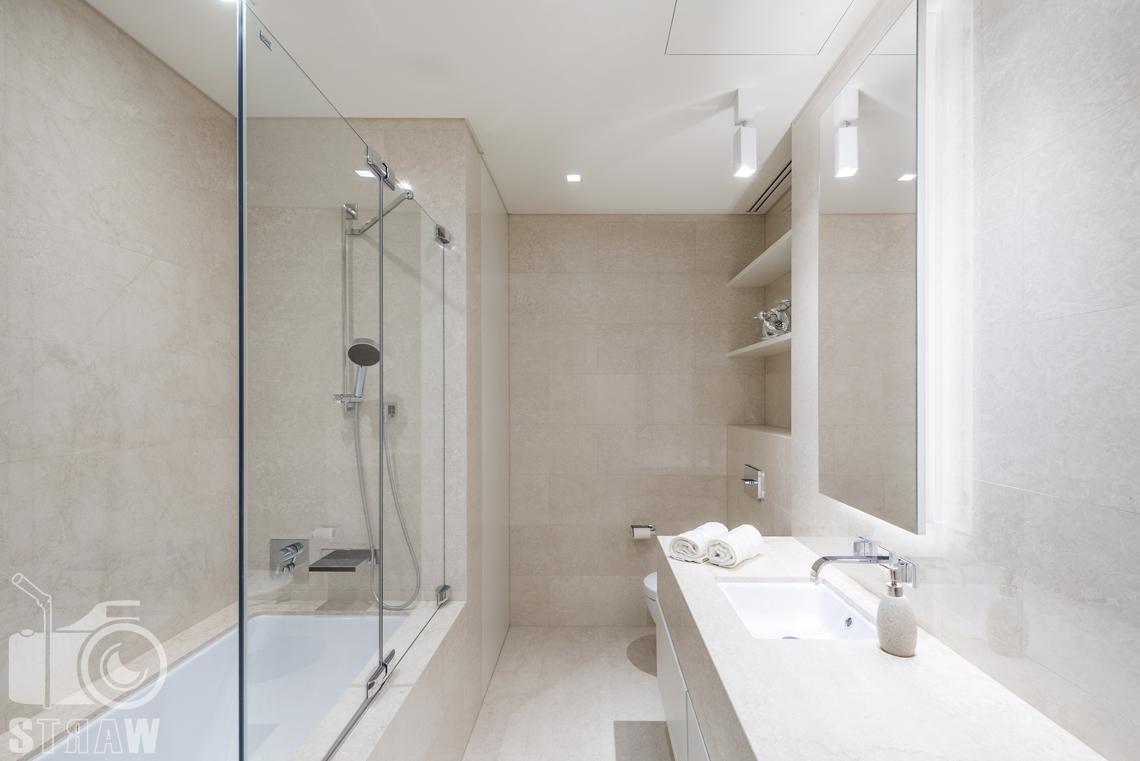 Sesja fotograficzna wnętrz apartamentu dla Mzuri, zdjęcia w apartamentowcu Złota 44, na zdjęciu łazienka i prysznic.