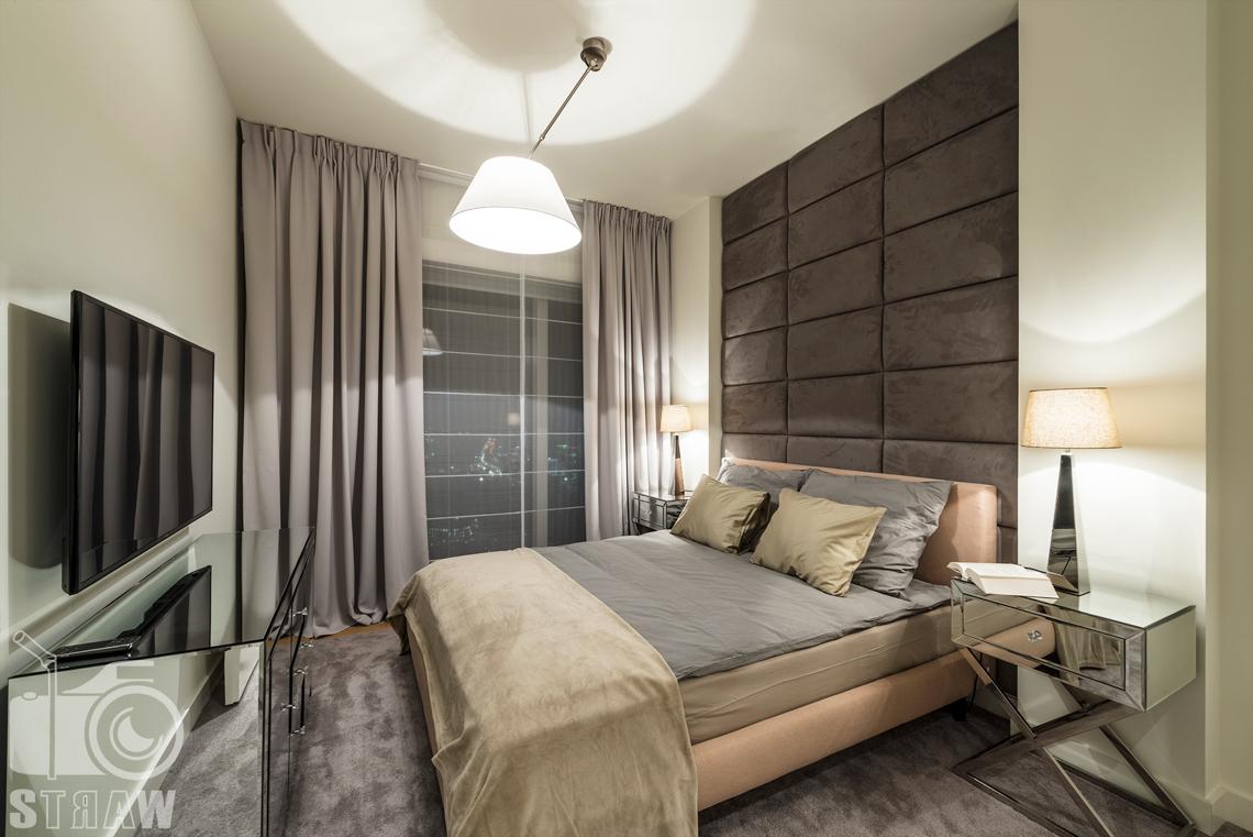 Sesja fotograficzna wnętrz w apartamentowcu Złota 44, na zdjęciu sypialnia, łóżko i lampa.