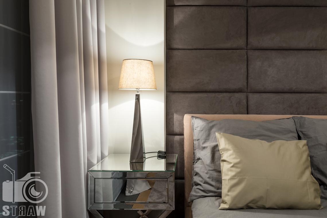 Sesja fotograficzna wnętrz w apartamentowcu Złota 44, tutaj detale w sypialni, lampa i zagłówek łóżka.