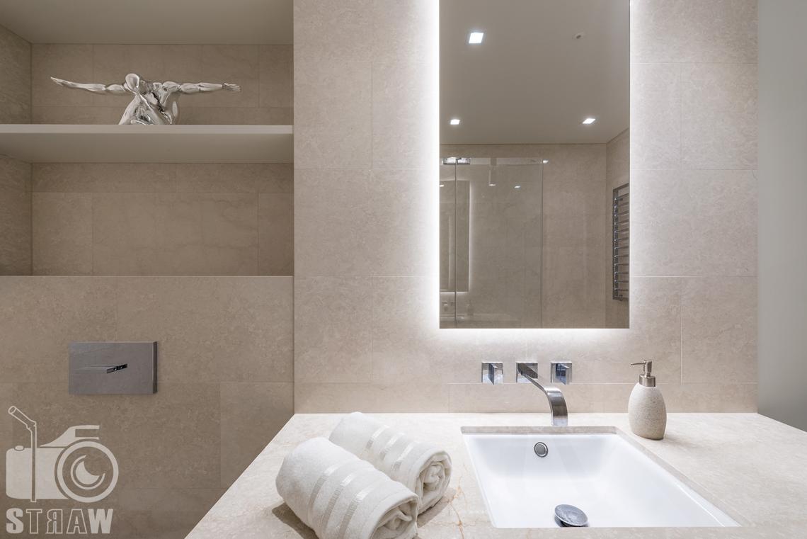 Sesja fotograficzna wnętrz w wieżowcu Złota 44, na zdjęciu umywalka i detale w łazience.