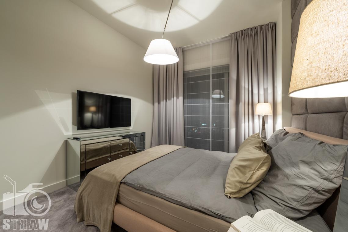 Fotografia wnętrz apartamentu, zdjęcia w budynku przy ulicy Złotej 44 w Warszawie, sypialnia.