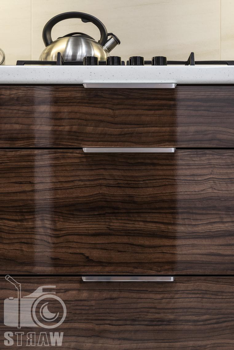 Fotografia zabudowy kuchennej dla producenta mebli, szafka błyszcząca, detale.