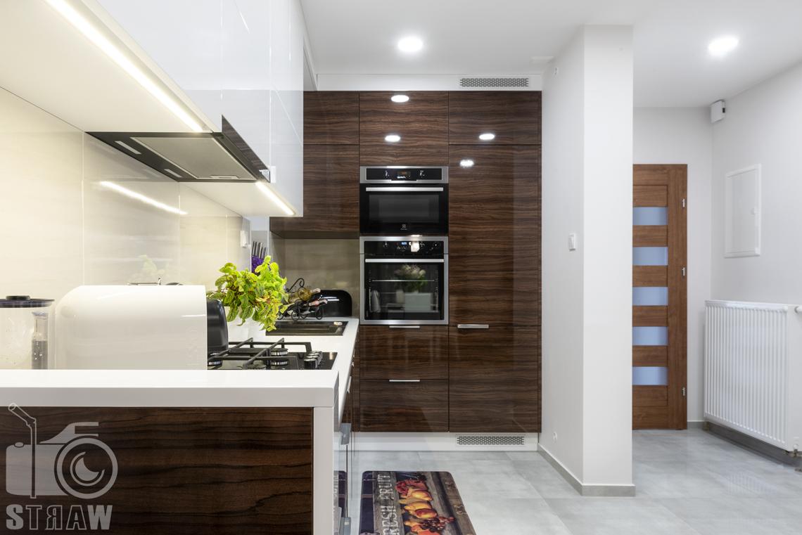 Fotografia wnętrz, zdjęcia zabudowy kuchennej dla producenta mebli, drzwi wyjściowe, szafki połysk.