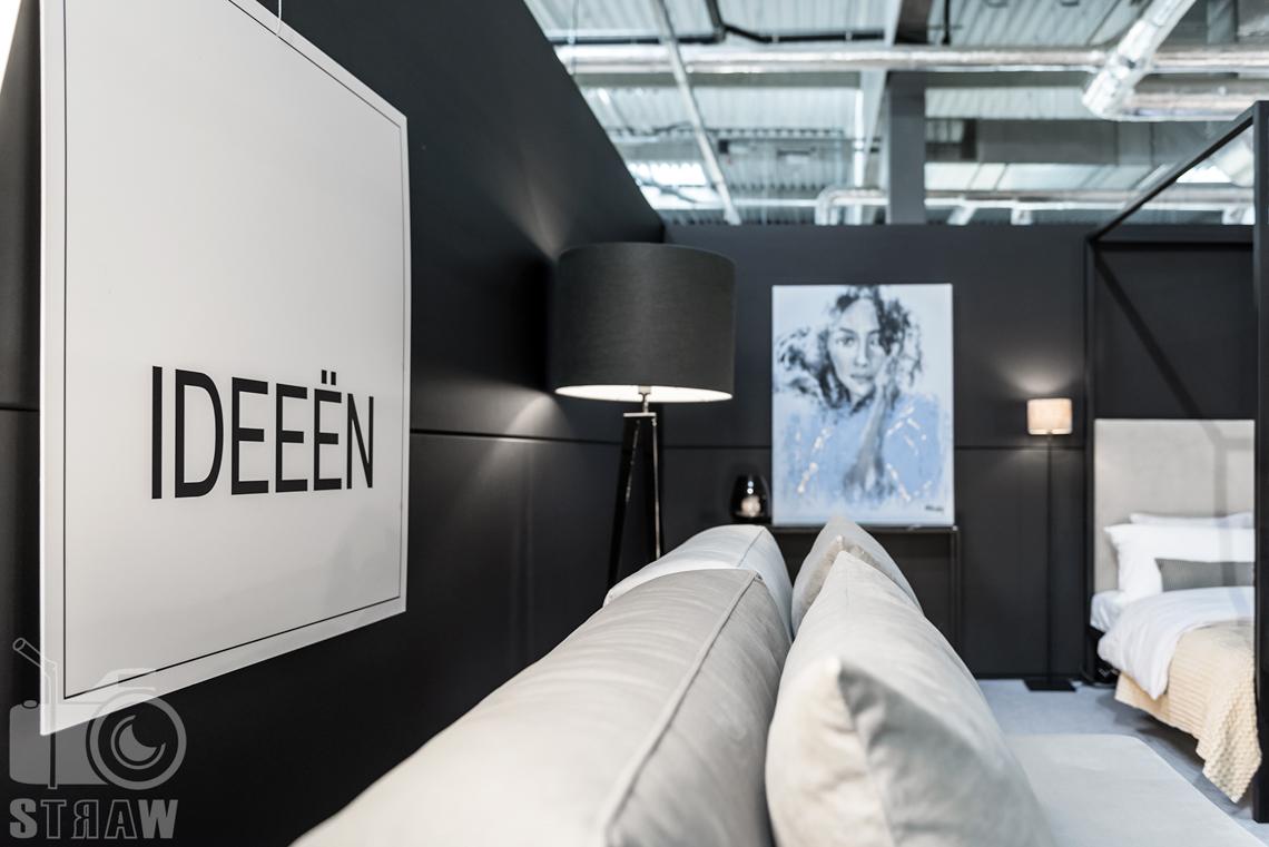 Fotografie z targów wyposażenia wnętrz Warsaw Home, relacja fotograficzna, stoisko Ideeen, sofa i lampa.