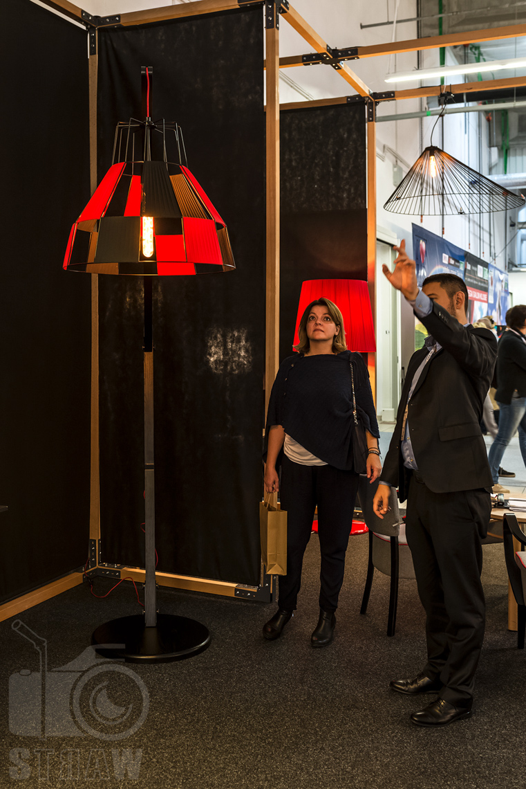 Fotografie z targów wyposażenia wnętrz Warsaw Home, relacja fotograficzna, stoisko Kandela Lighting, lampy czerwień.