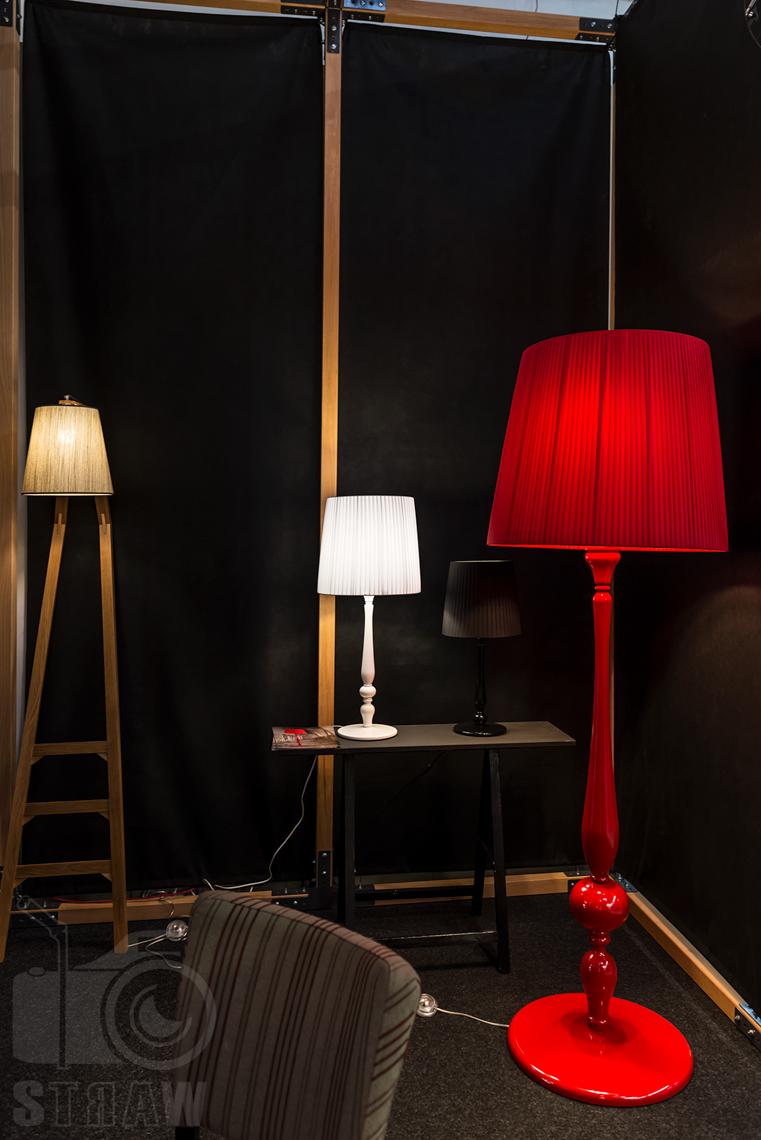 Fotografie z targów wyposażenia wnętrz Warsaw Home, relacja fotograficzna, stoisko Kandela Lighting, lampy biała i czerwona.