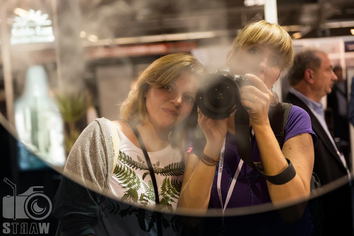 Fotografie z targów wyposażenia wnętrz Warsaw Home, relacja fotograficzna, stoisko Antique Mirrors, selfie ze StudioGra w lustrze.