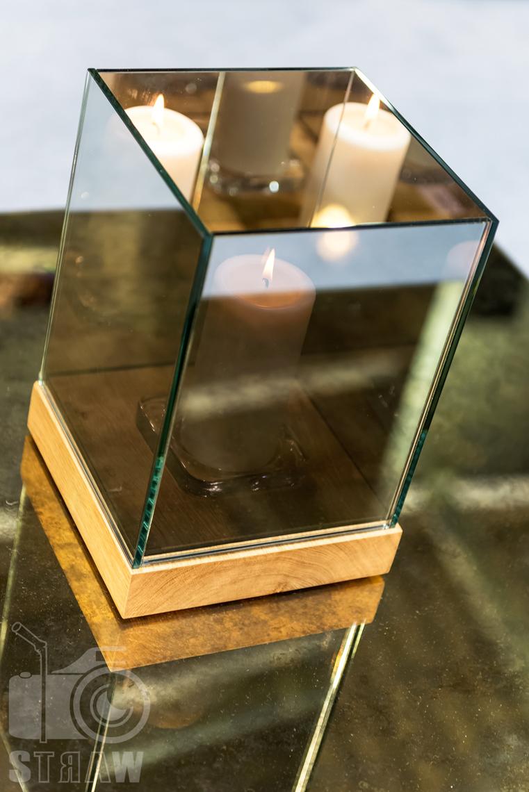 Fotografie z targów wyposażenia wnętrz Warsaw Home, relacja fotograficzna, stoisko Antique Mirrors, świecznik z lustrzanego szkła.